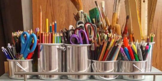 veel pennen in bakken